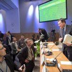 Imagen cedida por el FMI que muestra al director de Mercados de Capitales del organismo, José Viñals, hablando con periodistas durante la presentación del Informe de Estabilidad Financiera, hoy en Washington.