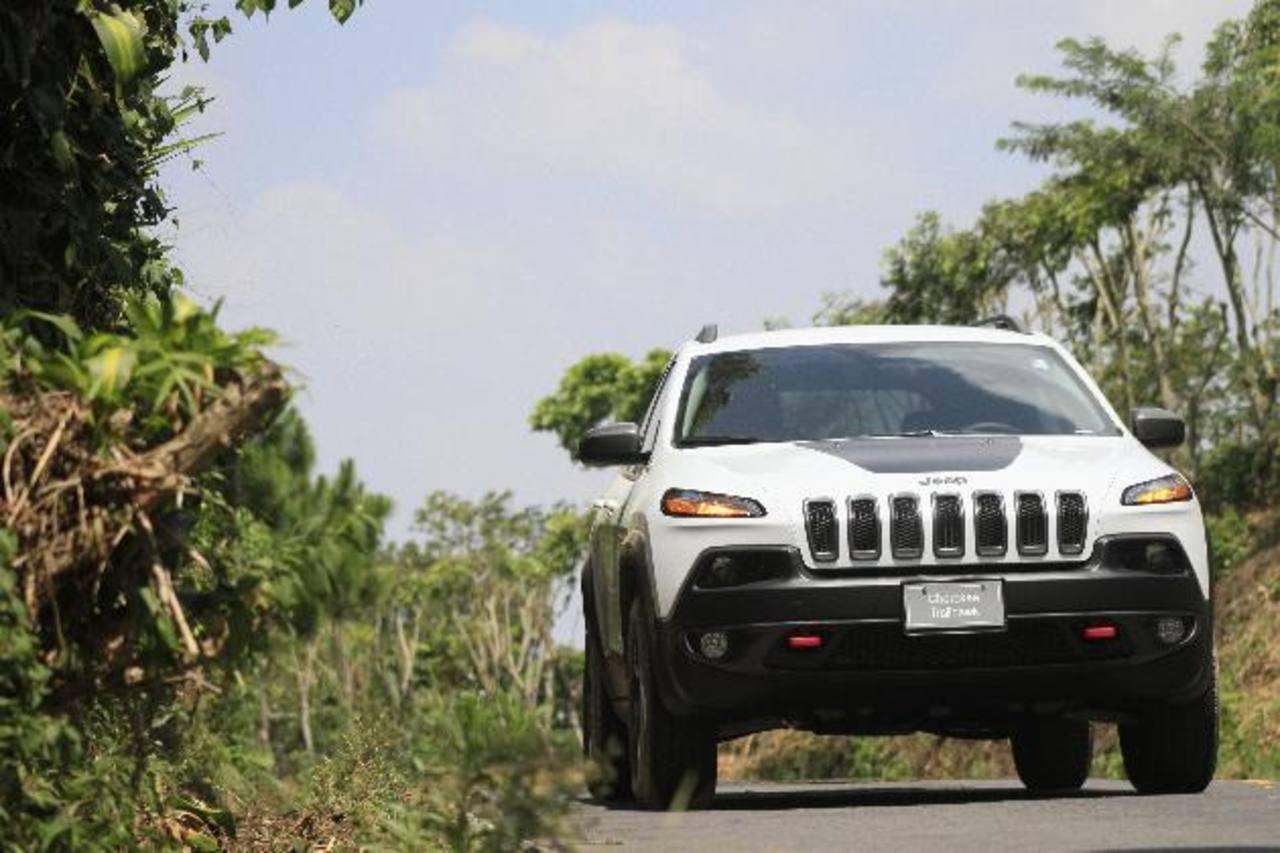 La llamativa parte delantera combina la tradicional parrilla de siete ranuras Jeep con un uso audaz de luces LED.