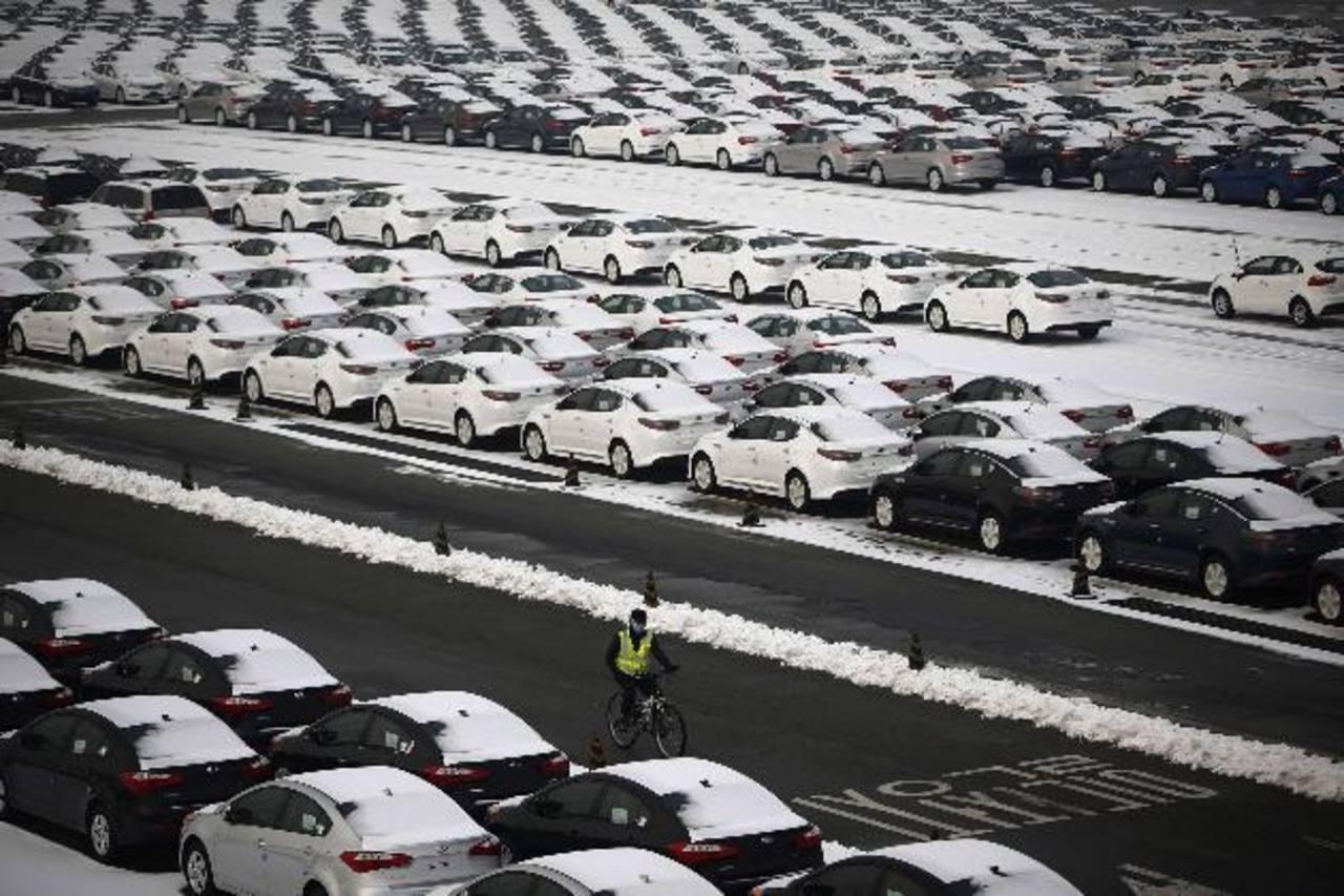 En total, los fabricantes de automóviles en Brasil produjeron cerca de 271,200 automóviles, camiones y autobuses el mes pasado, mientras que las ventas ascendieron a alrededor de 240,800 vehículos.