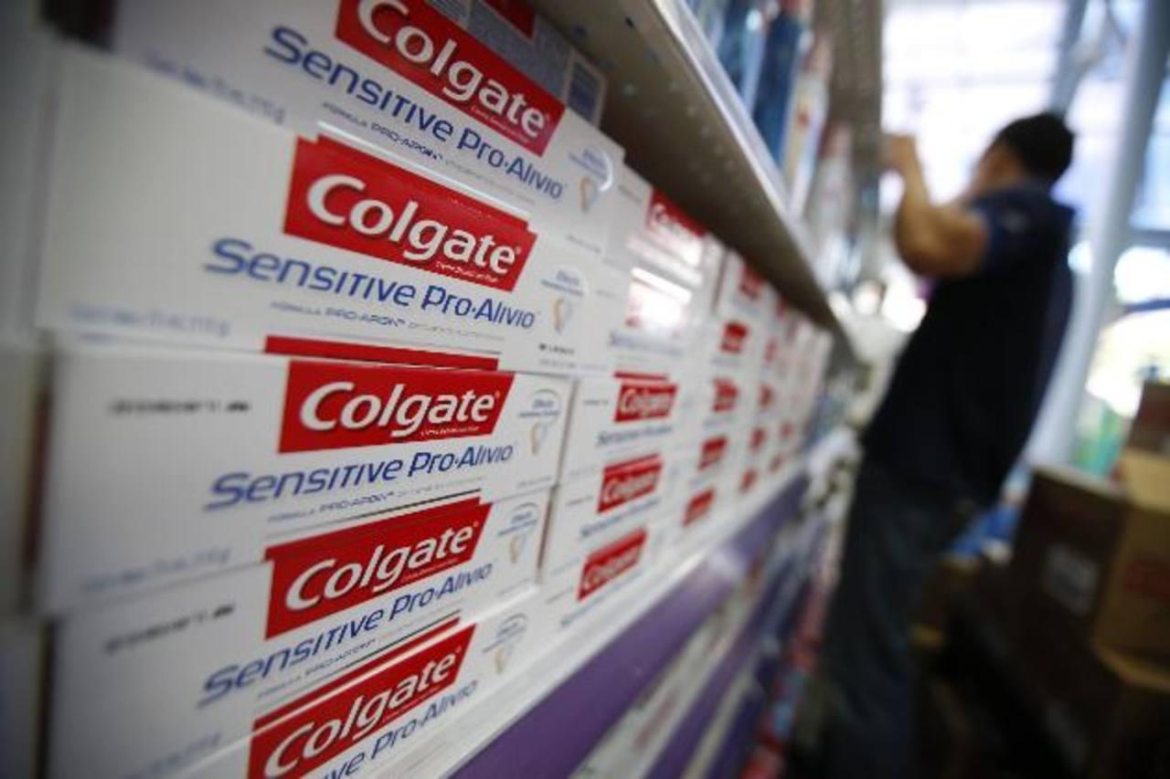 Colgate, que controla casi el 45 por ciento del mercado mundial de la pasta de dientes, reservó un cargo después de impuestos de 174 millones de dólares debido a cambios en la moneda venezolana