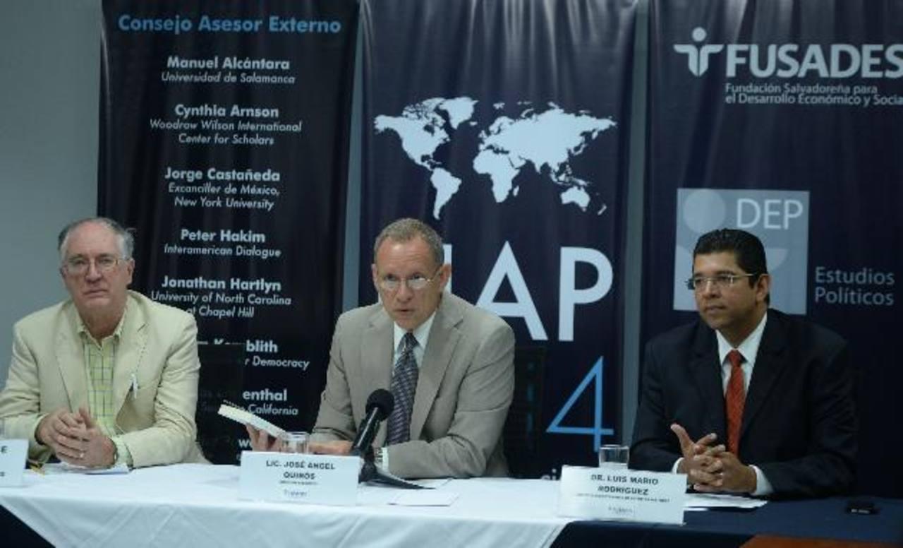 De izquierda a derecha, Laurence Whitehead (ponente), José Ángel Quirós, director ejecutivo de Fusades y Luis Mario Rodríguez, director del DEP. foto edh / marlon hernández