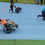Durante las carreras de niños y adultos en sillas de ruedas, padres e hijos recorrieron la pista como duplas. Las ruedas de algunas sillas se trabaron en la pista. Foto EDH / Omar Carbonero