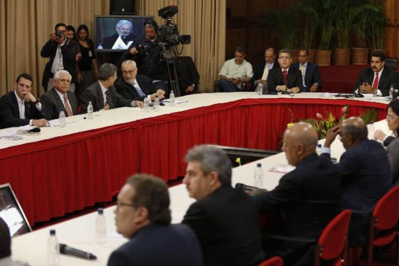 En la mesa de diálogo que inició ayer participaron Nicolás Maduro (a la derecha) y Henrique Capriles (en el extremo izquierdo). foto edh / reuters