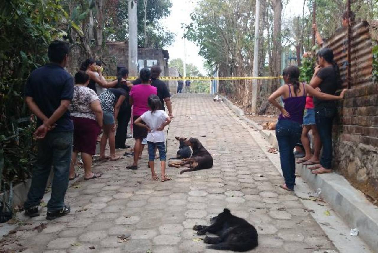 Escena donde fue asesinado un supuesto marero, menor de 13 años, ayer, en una zona rural de Guazapa. Foto EDH / Jorge Beltrán.