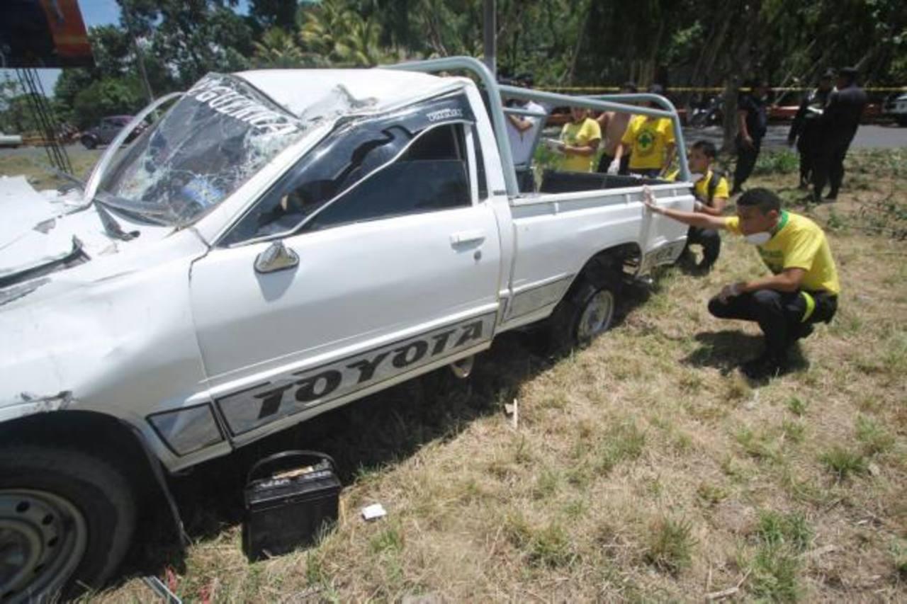 Quince lesionados al volcar pick up en autopista a Comalapa