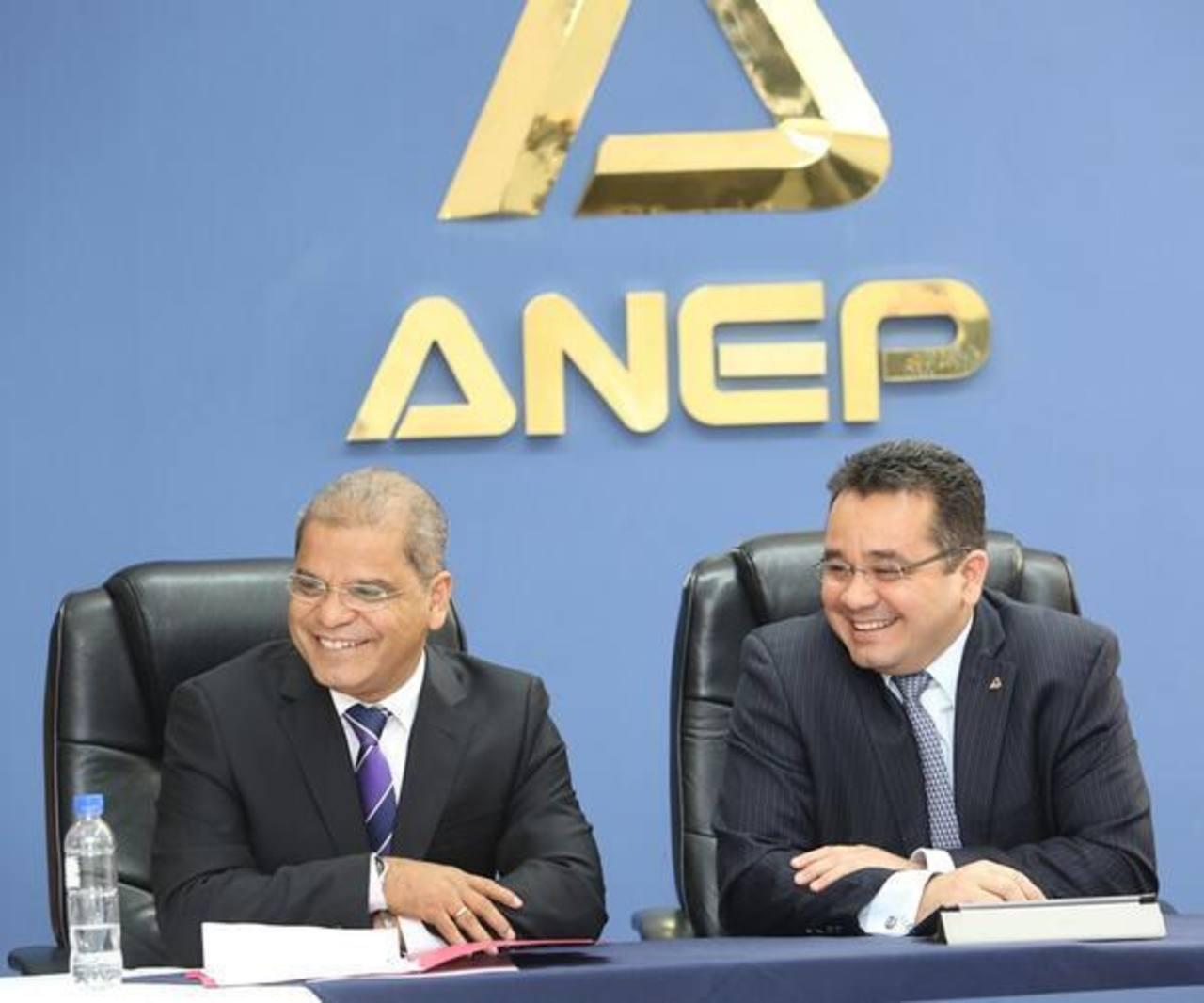 El vicepresidente electo Oscar Ortíz a su llegada a la ANEP. FOTO EDH @FMLNoficia