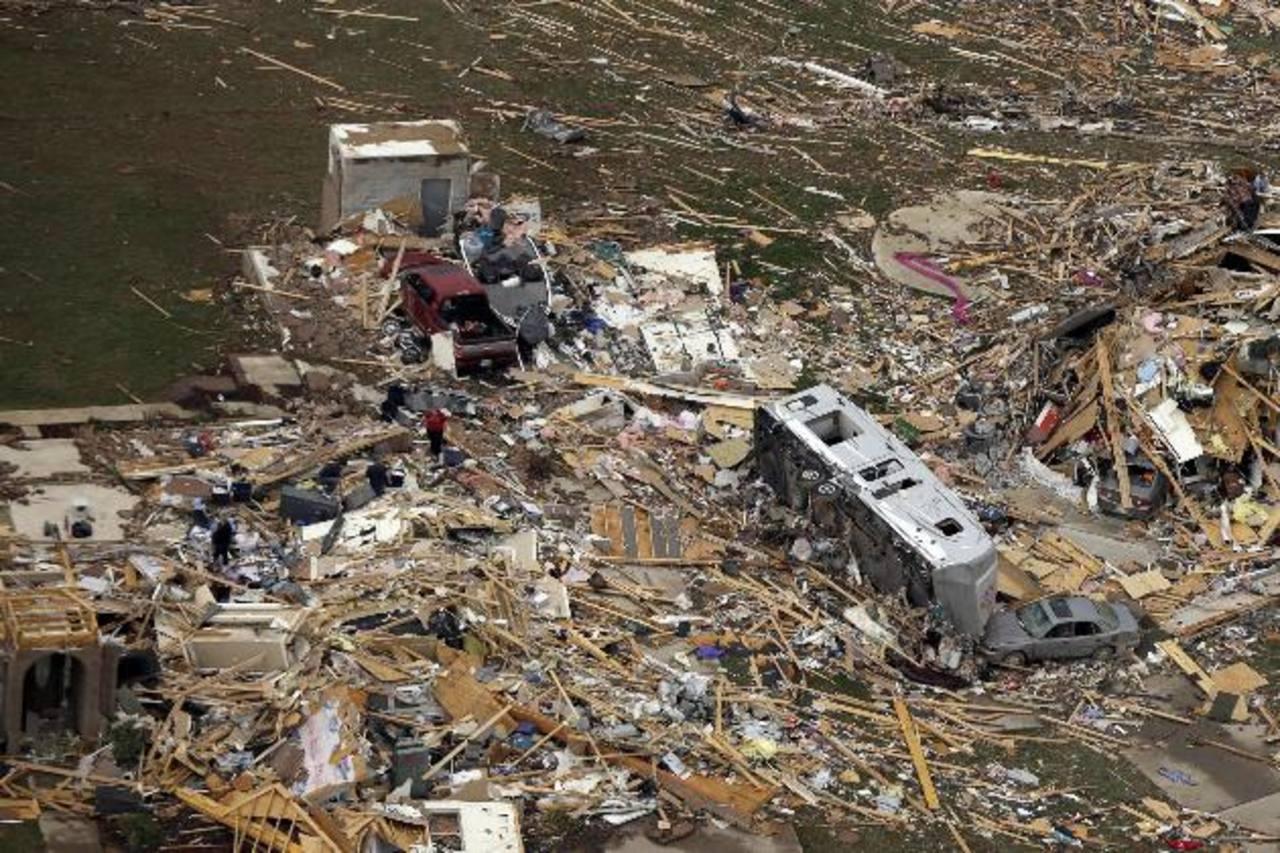 Varios vehículos yacen entre los restos de varias casas que fueron destruidas en Mayflower, Arkansas, debido a varios tornados que arrasaron calles enteras. foto edh / ap