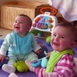 Video: Adorable reacción de bebés al ver llegar a sus papás