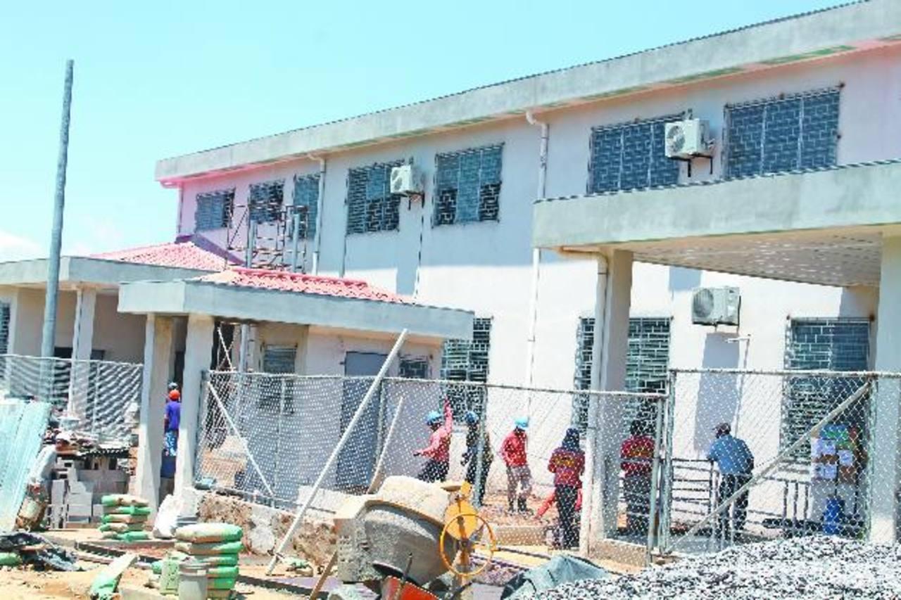 El área donde se construye el centro era de tierra y muchas personas habían dejado de usarla. foto edh/ ROBERTO ZAMBRANO