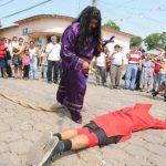Cada Lunes Santo en Texistepeque, Santa Ana, chicos y grandes dramatizan la tradicional lucha entre el bien y el mal, es decir el momento en que Jesús se enfrenta a los talcigüines (hombres endemoniados).