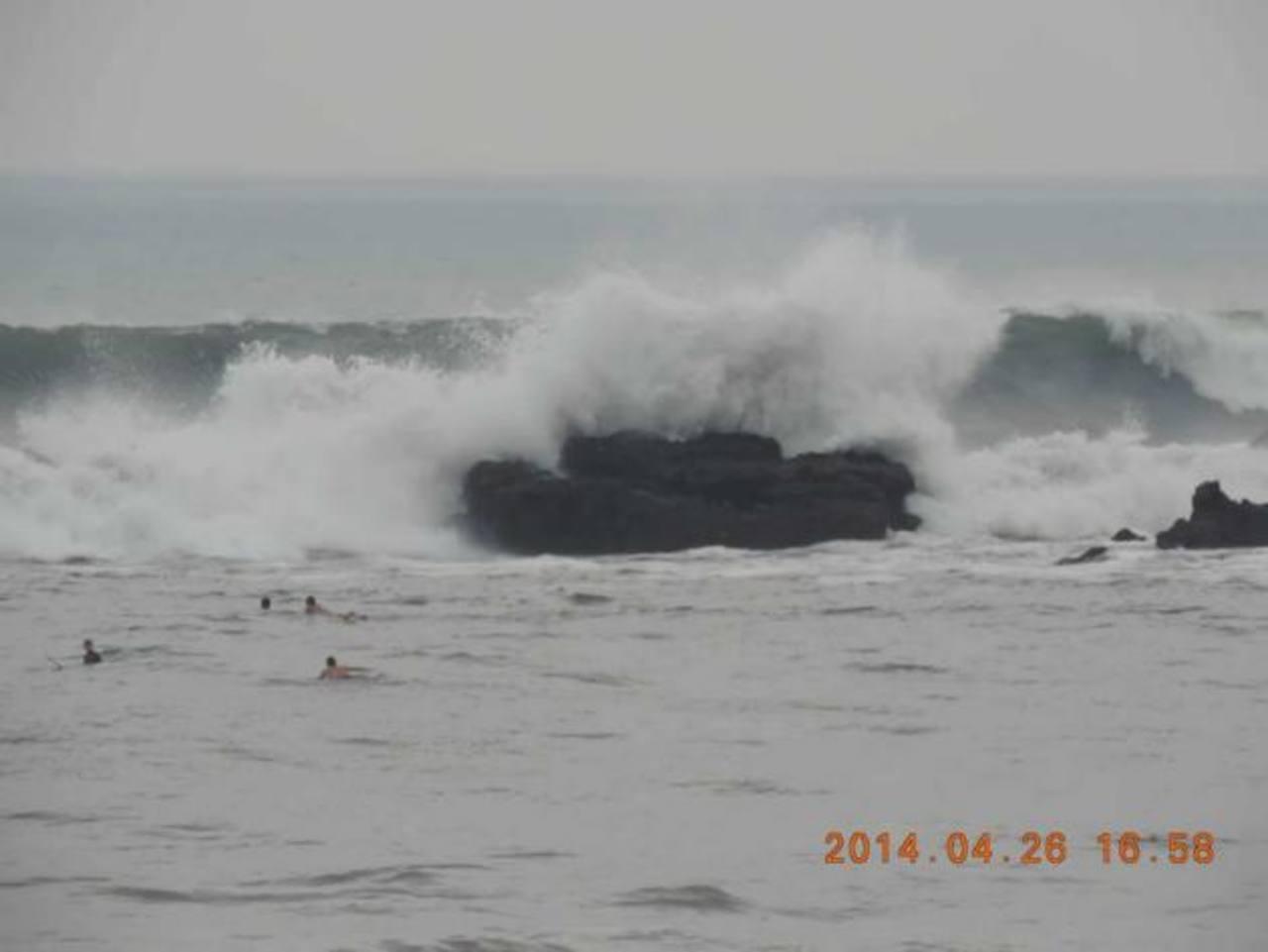 La fuerza y altura del oleaje en la playa El Tunco, La Libertad, fue aprovechada por surfistas. foto cortesía Reynaldo Sánchez