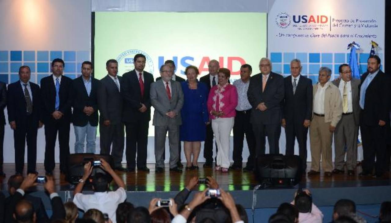 La Embajada de Estados Unidos lanzó ayer junto a las autoridades de Justicia y Seguridad Pública un plan para prevenir la violencia en 13 municipios. Foto EDH / Douglas Urquilla