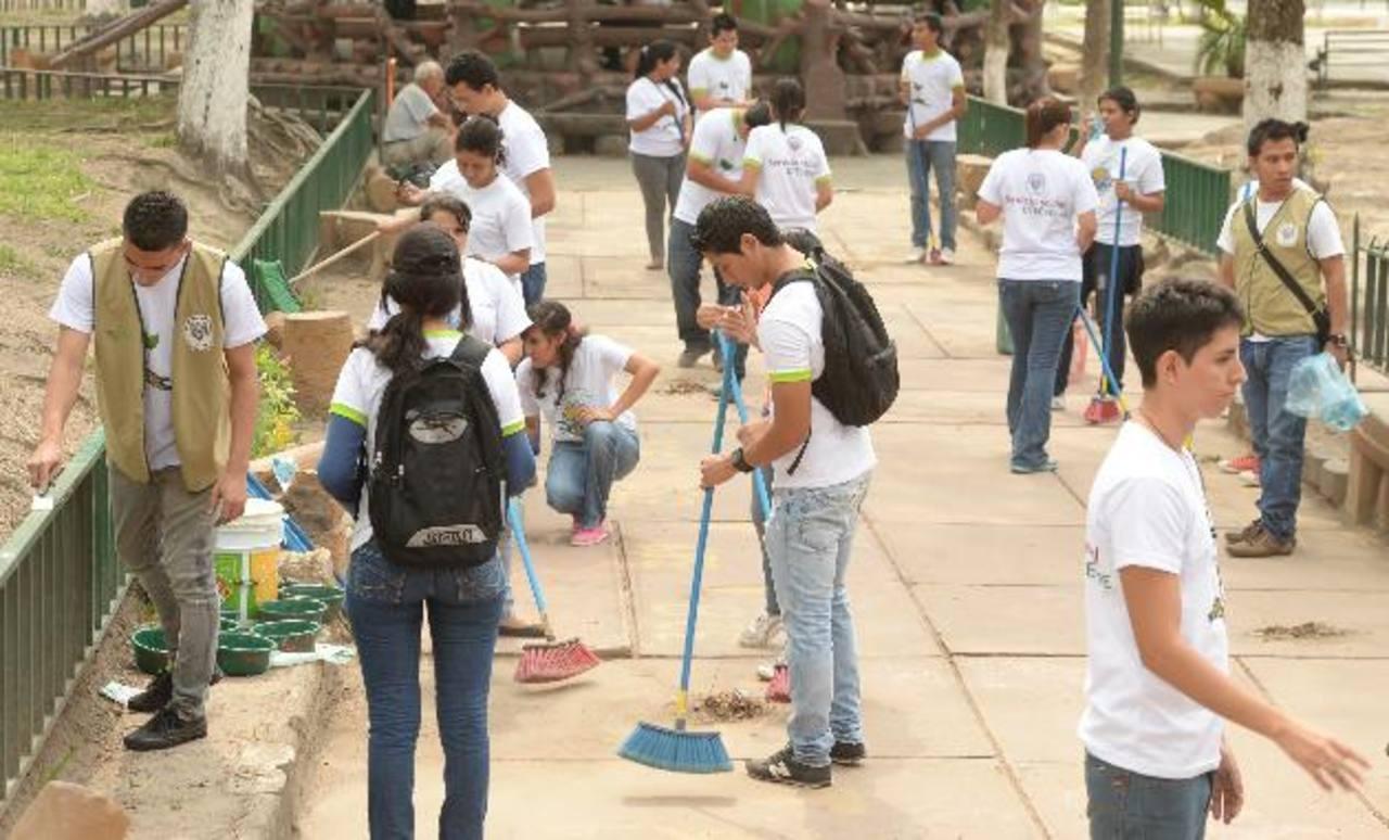 Entre las acciones se realizó barrido de cunetas y la plaza, siembra de plantas, entre otras. Foto edh / Marvin Recinos