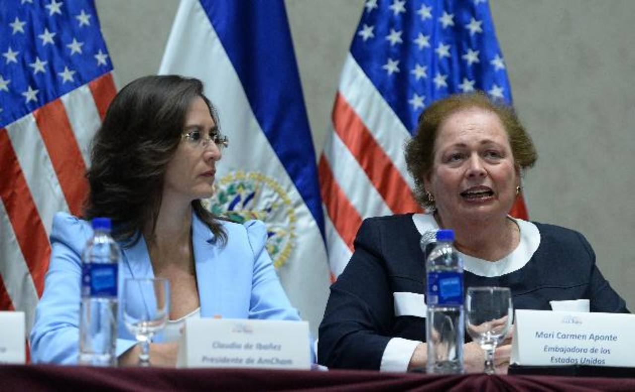 Claudia de Ibáñez, presidenta de la Amcham, y la embajadora de Estados Unidos en El Salvador, Mari Carmen Aponte, se dirigieron ayer a empresarios nacionales. Foto EDH / Marvin Recinos