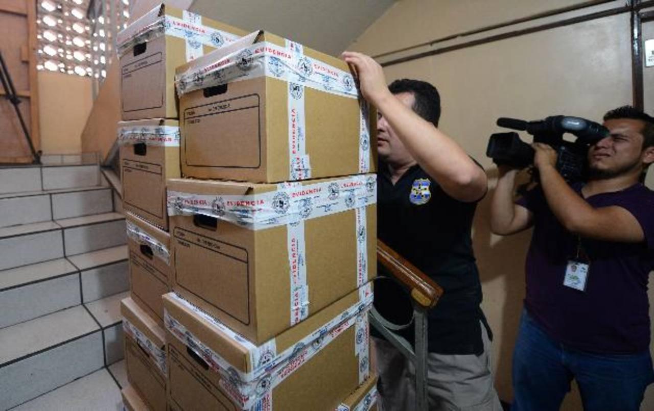 Fiscales confiscan varias cajas de documentos financieros contables de la constructora Copreca. Foto EDH/ Jaime Anaya