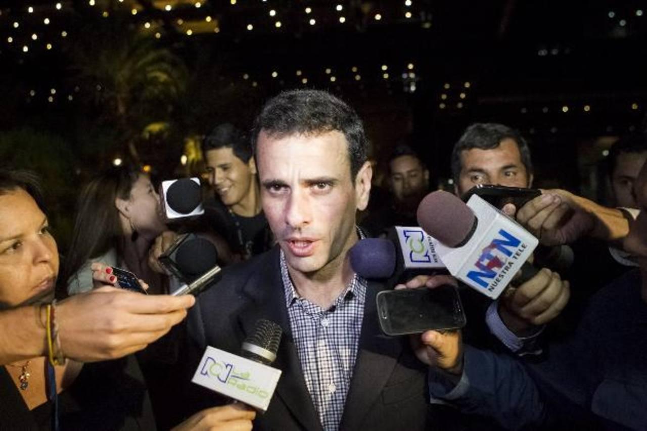 El excandidato presidencial opositor, Henrique Capriles, habla ante los medios en el hotel donde se reúnen cancilleres de la Unasur, gobierno y oposición. foto edh /archivo