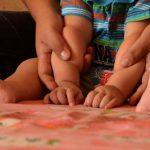 Josué, un bebé de 9 meses, es ayudado por la educadora especial y terapeuta pues a su edad aún no puede darse vuelta ni sentarse. Fotos EDH / Ericka Chávez