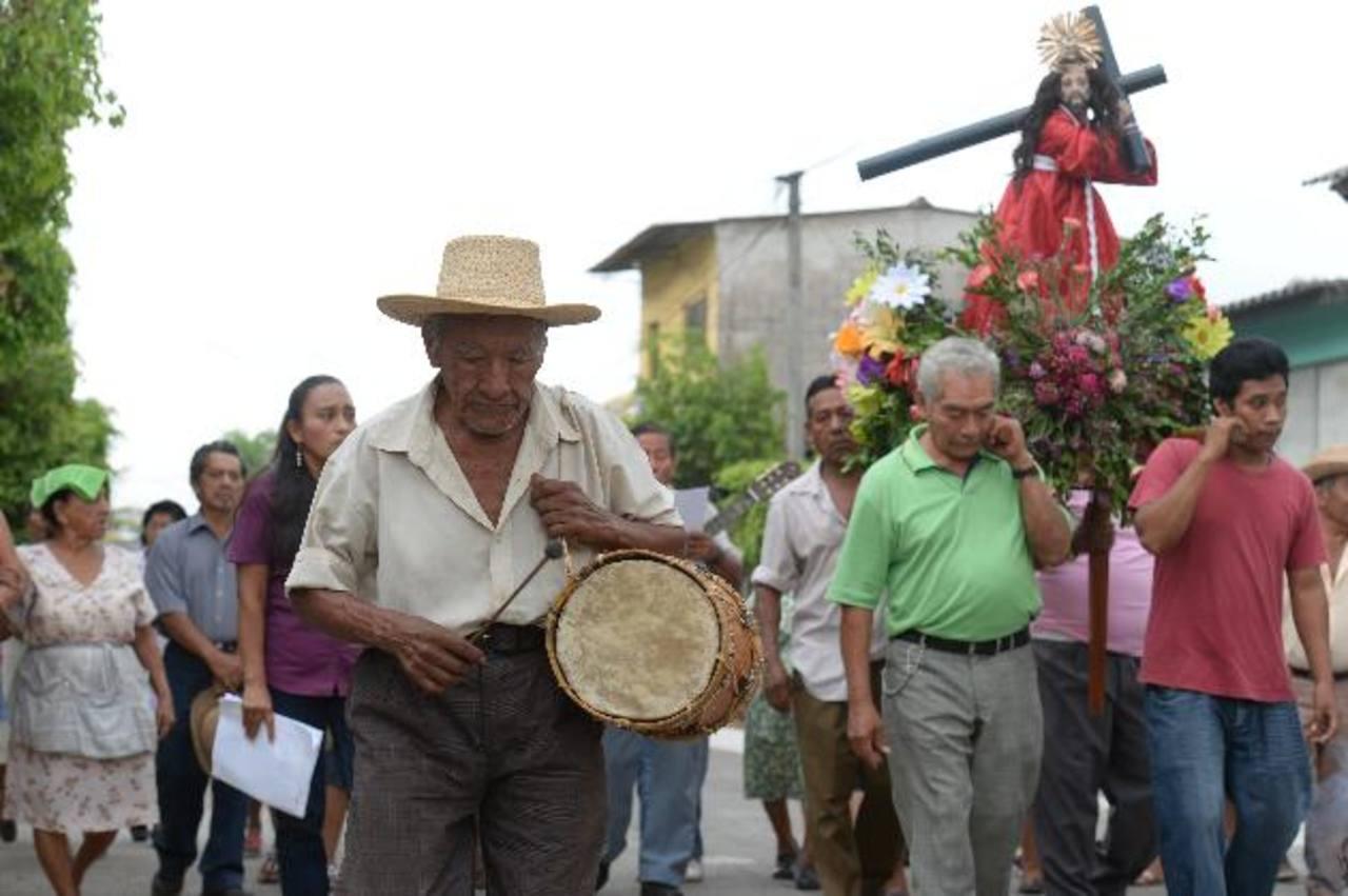 La comunidad originaria de Izalco, conocida también como comunidad indígena, mantiene viva sus tradiciones; y en cada Viernes Santo, de la cuaresma, realiza su Vía Crucis en diferentes barrios del municipio. Fotos EDH / JORGE REYES