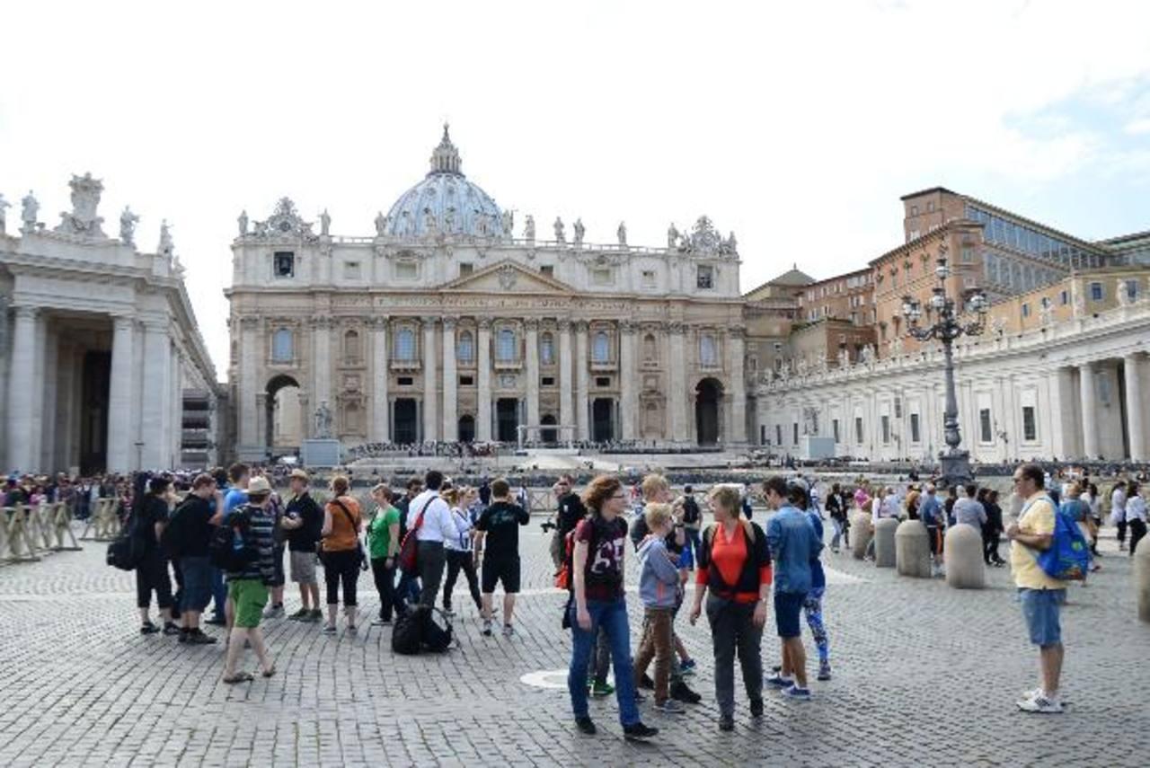 Feligreses recorren la Plaza de San Pedro previo a la ceremonia de canonización.