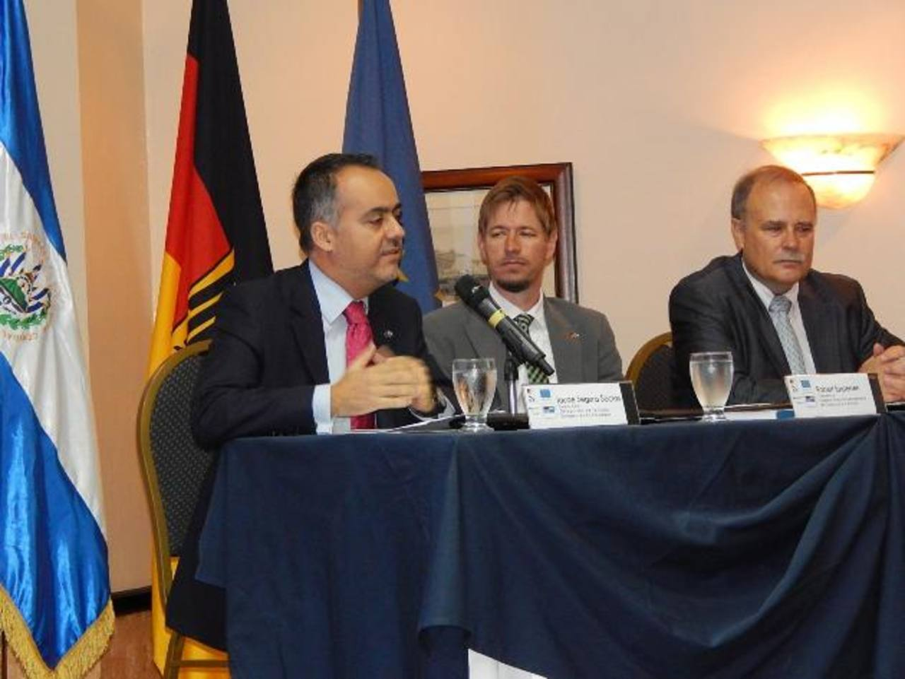 Embajador de la UE (izquierda) explicó aspectos del AdA a empresarios. Foto edh / Cortesía