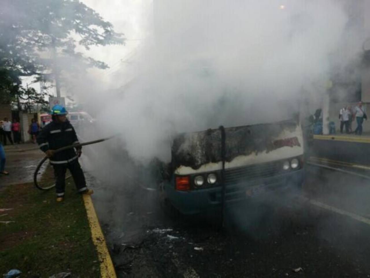 Sujetos incendian microbús en San Salvador