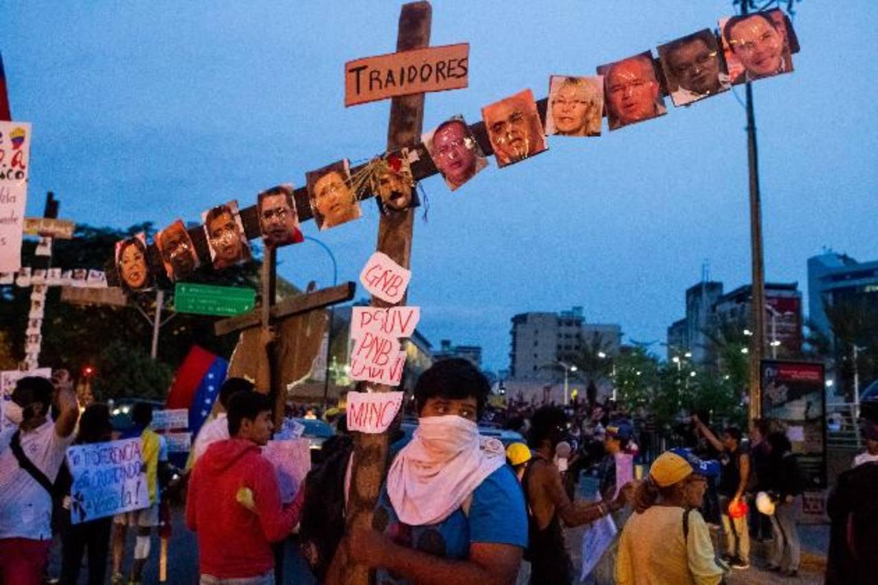 Estudiantes y manifestantes opositores al régimen venezolano en la Avenida Francis de Miranda, Caracas. foto EDH /efe
