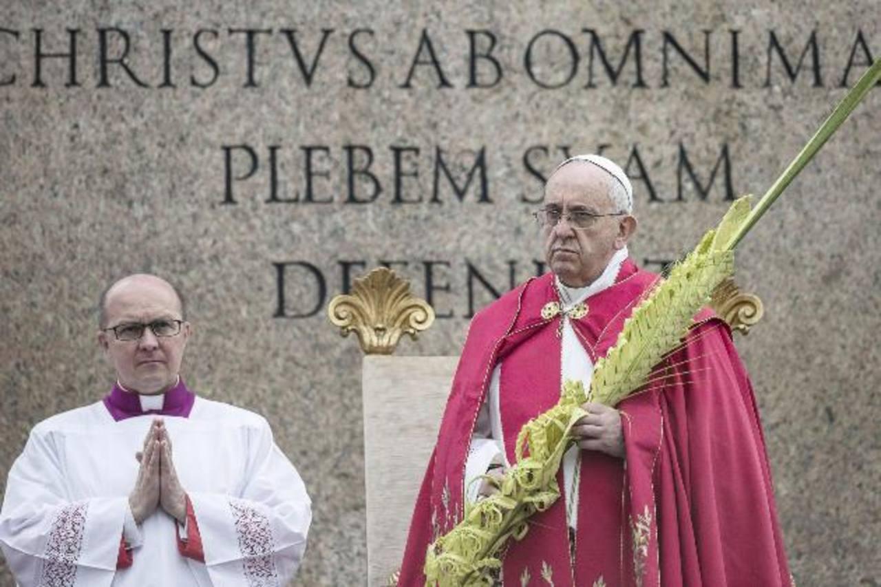 Bergoglio cerró esta procesión portando en sus manos una palma, de dos metros de altura, trenzada con tres ramas que simbolizan la Santísima Trinidad, y que fue donada por la ciudad de San Remo (noreste de Italia).