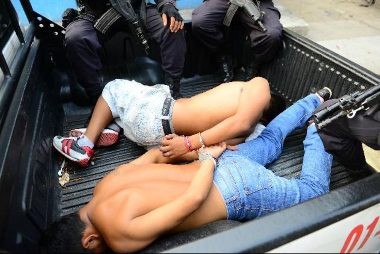 Los supuestos pandilleros enfrentarán cargos en los tribunales de justicia por el intento de homicidio del conductor y el robo del dinero de los pasajes, informó la Policía. Foto EDH / César Avilés.