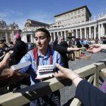 Monjas y voluntarios entregaron las escrituras después de la tradicional aparición dominical del Papa en la Plaza de San Pedro. Foto/ Reuters