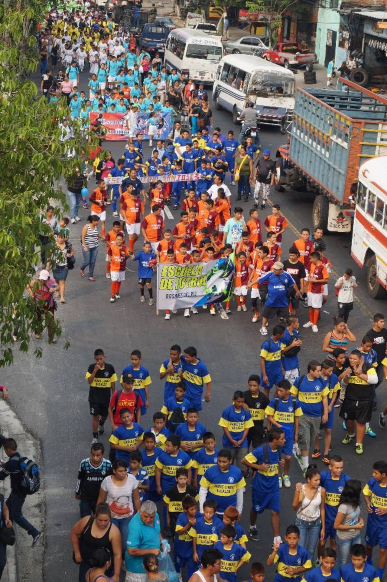 Las escuelas de fútbol municipal y comunitarias junto a los diferentes equipos deportivos marcharon por las principales calles del municipio. Fotos / cortesía alcaldía de Soyapango