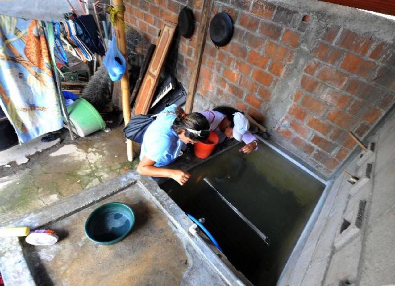 Una empleada del Ministerio de Salud inspecciona una pila en San Salvador. foto edh/ARCHIVO
