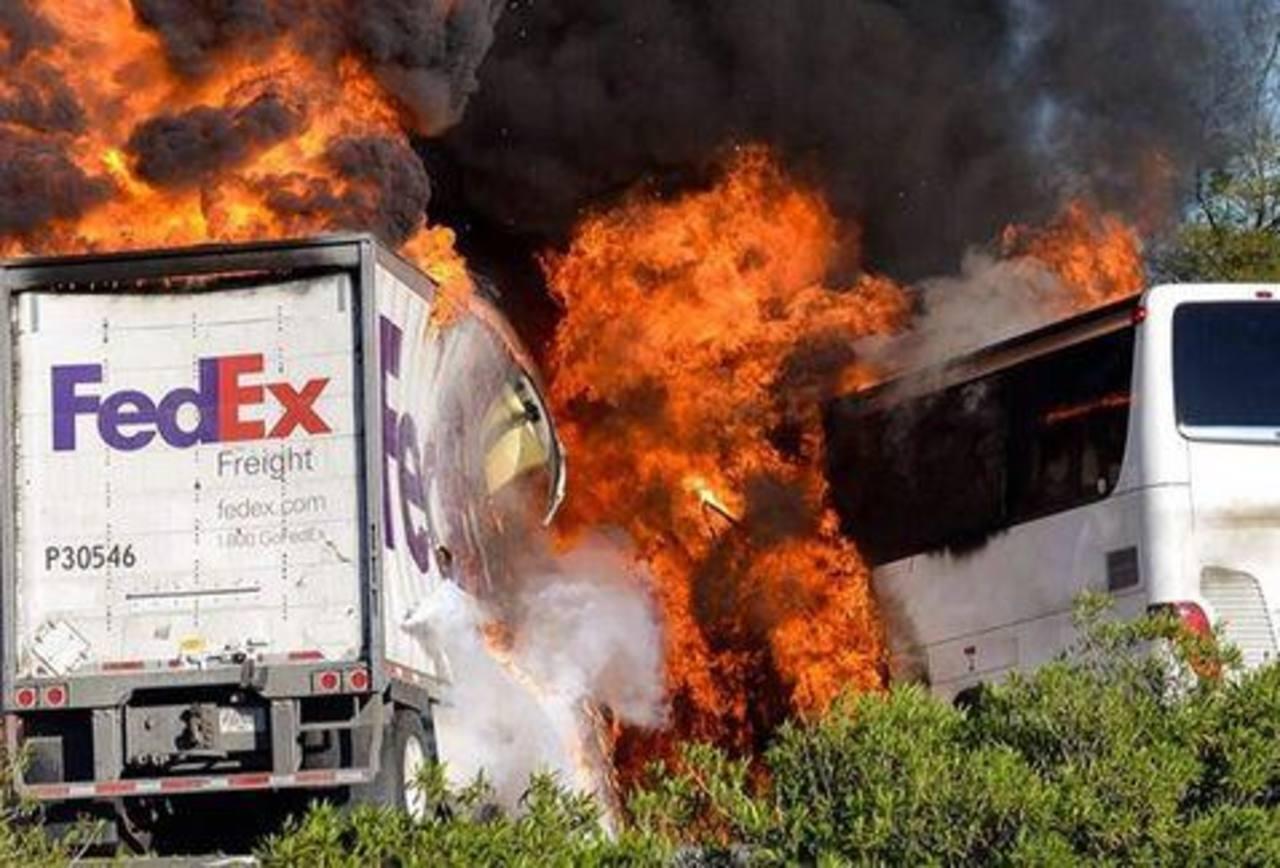 Un camión y un bus colisionaron ayer dejando 10 víctimas letales.