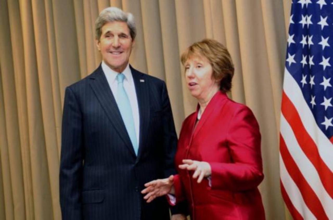 La jefa de la diplomacia europea, Caherine Ashton con el secretario de Estado de EEUU, John Kerry, en Ginebra.