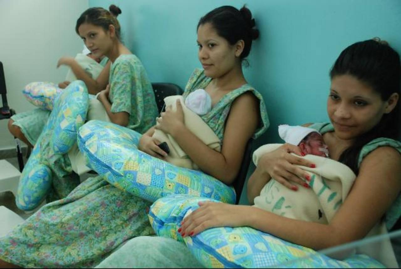 Mujeres amamantan a sus hijos en el hospital de San Miguel.
