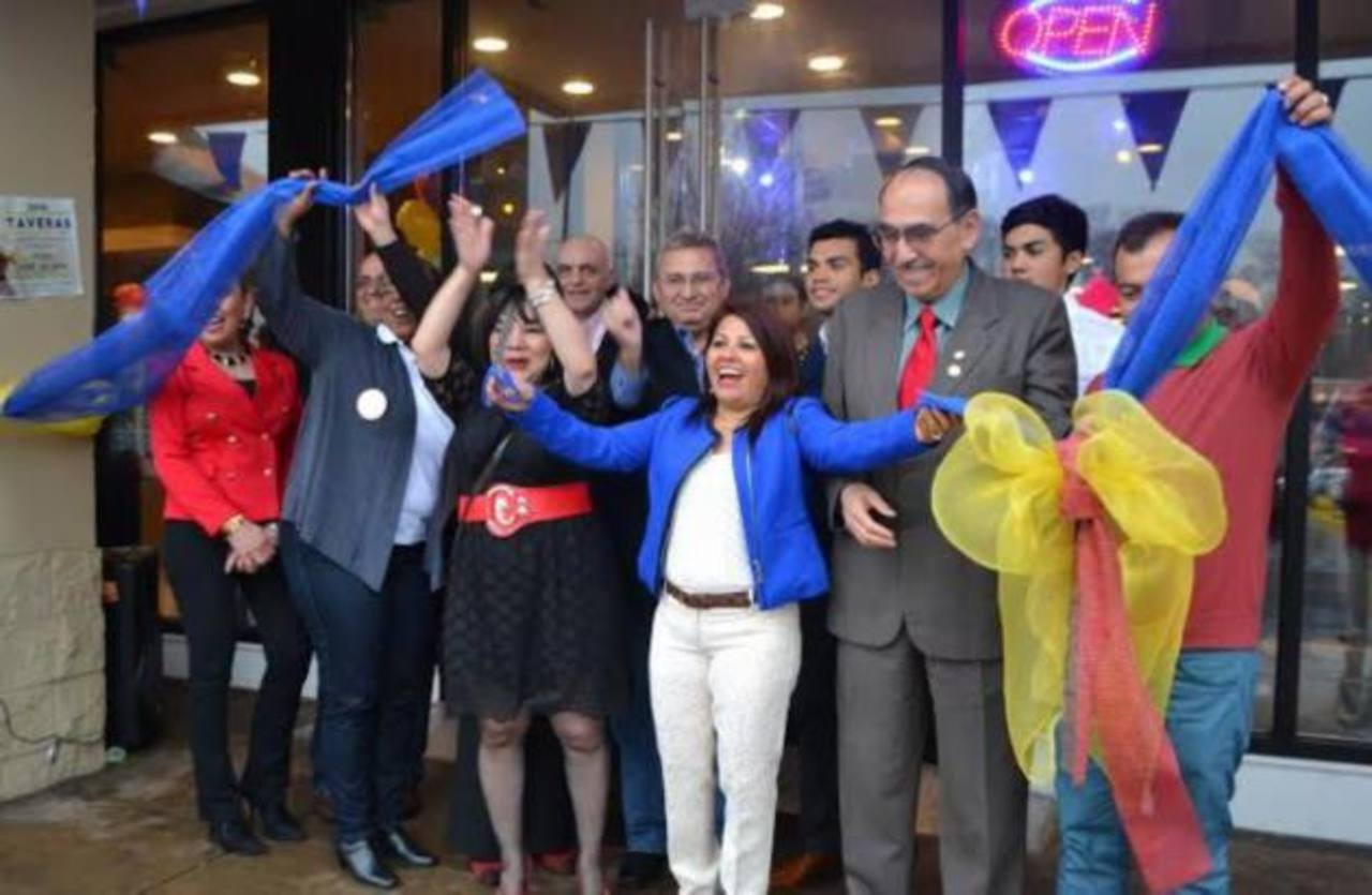 """La empresaria Dora Escobar, """"La Chiquita"""", cortó en días recientes la cinta de apertura de un novedoso centro que alberga el cuarto restaurante de comida de su marca y las 10 agencias de envío de remesas a El Salvador y otros países de la región."""