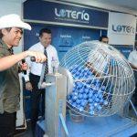 Toshi fue el encargado de poner el ritmo en la tómbola del sorteo. Foto edh/Cortesía