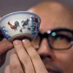 El director de la casa rematadora Sotheby para Asia, Nicholas Chow muestra un tazón de la dinastía Ming (1368-1644) en una conferencia de prensa en Hong Kong. Foto/ AP
