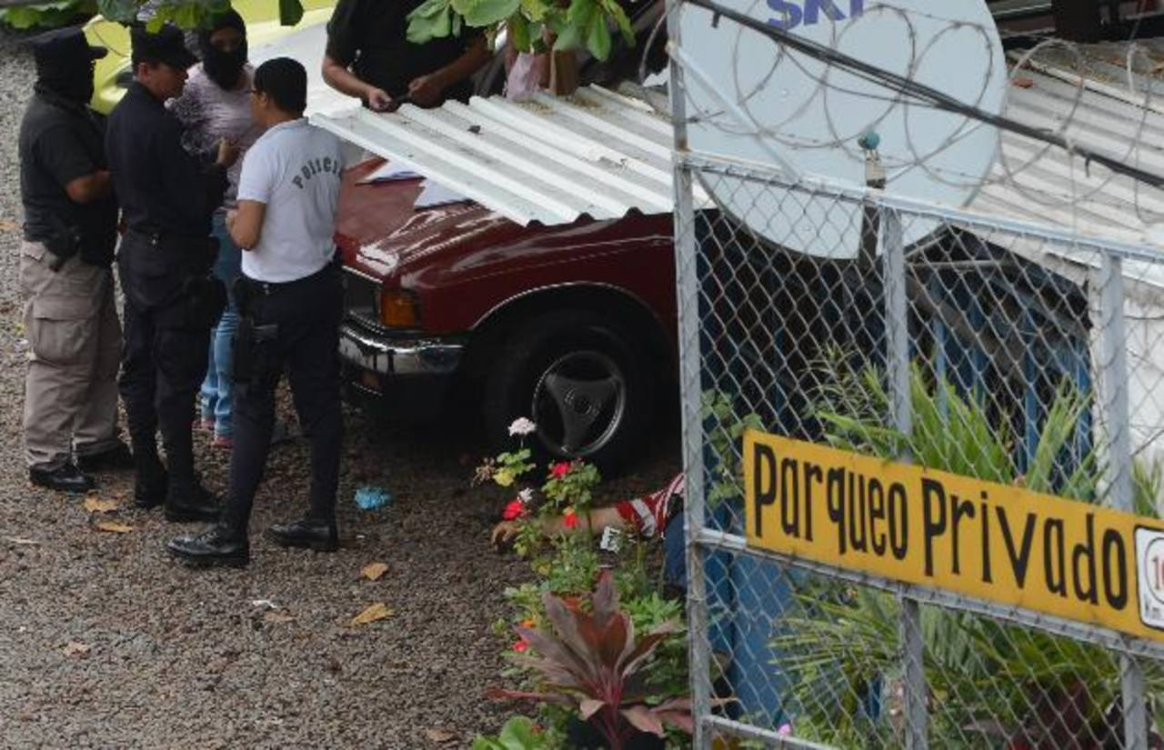 Un vigilante fue asesinado ayer al tratar de impedir que dos hondureños fueran asaltados. También dos peatones que pasaban fueron lesionados en el tiroteo. Foto EDH / Jaime Anaya.