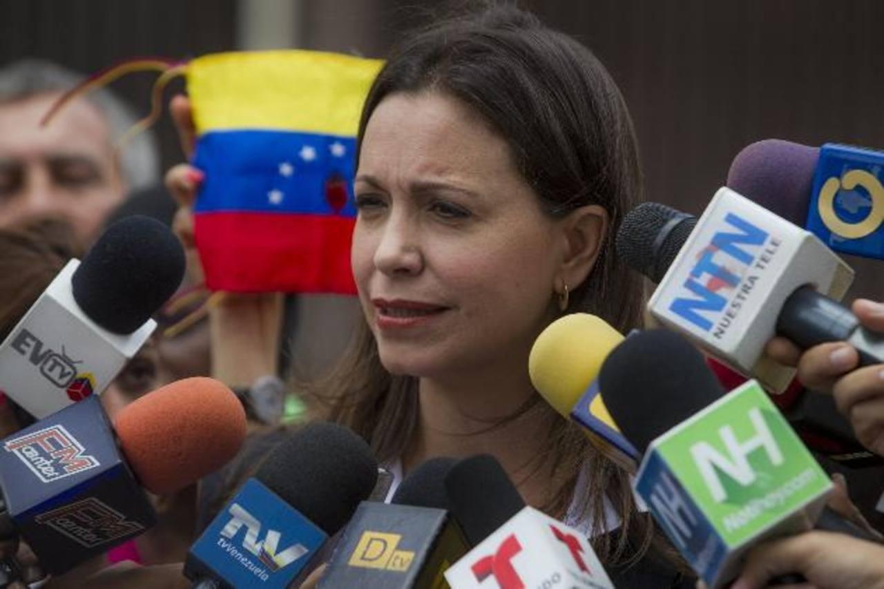 La exdiputada venezolana y opositora al Gobierno de Nicolás Maduro María Corina Machado habla a los medios. Foto EFE