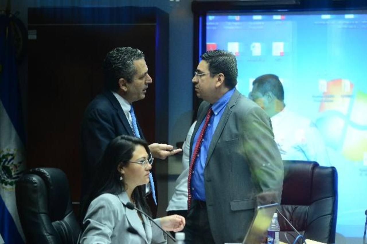 Los diputados Edwin Zamora, de ARENA, y Douglas Avilés conversan al final de la reunión. Foto EDH / Jorge reyes