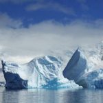 Vigilan un enorme iceberg desprendido de un glaciar que flota en el Antártico