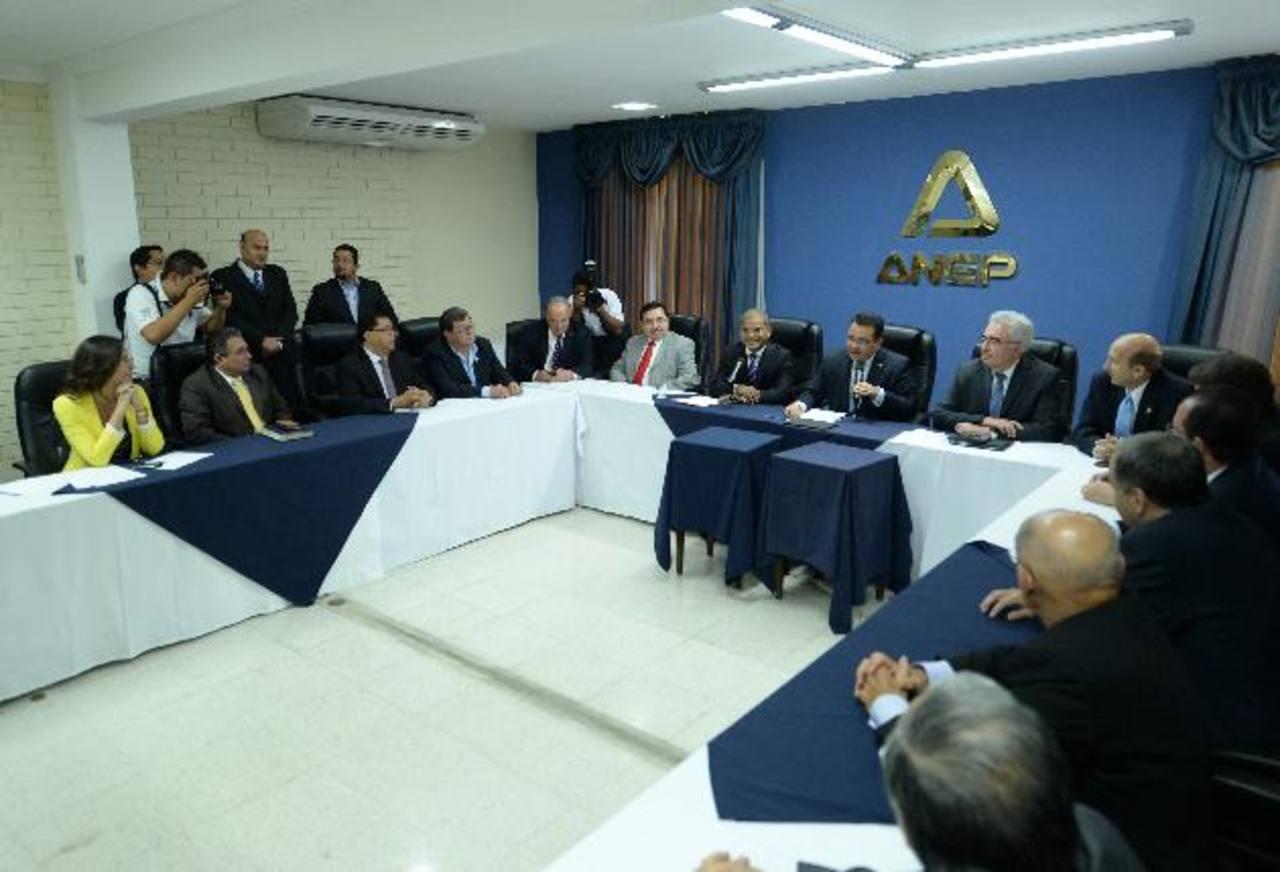 La cúpula empresarial se reunió por espacio de unas dos horas con el vicepresidente electo y con altos dirigentes del FMLN, como un primer acercamiento. foto edh /Marlon Hernández