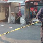 Policías custodian la escena del atentado.