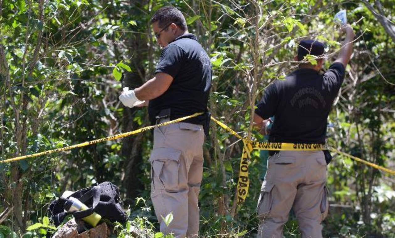 Investigadores procesan el lugar donde apareció parte del cuerpo del profesor José Aquiles Choto. Foto EDH / Claudia Castillo