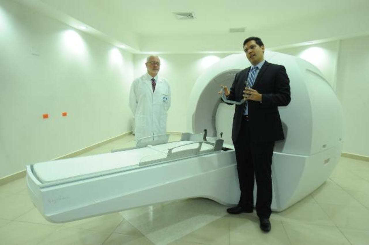 """Eduardo Lovo (derch.) y Rodrigo Brito (izq.) explicaron el funcionamiento de la """"Infini"""". foto edh/ lissette monterrosa"""