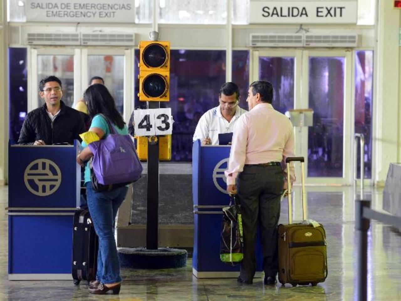 El Aeropuerto Internacional, así como en otras terminales terrestres, requieren del servicio de Aduanas. foto EDH/ARCHIVO