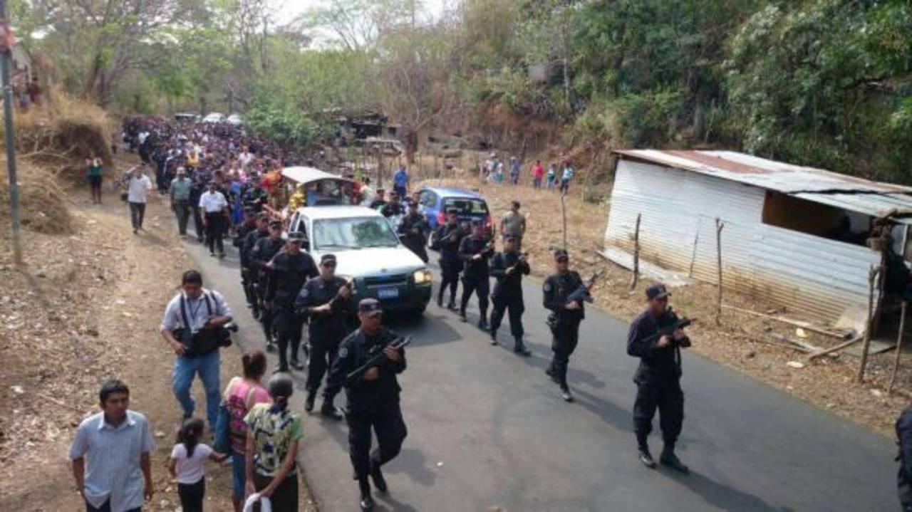 Los restos del agente fueron velados en su casa y posteriormente conducidos al cementerio. FOTO EDH Jorge Reyes.