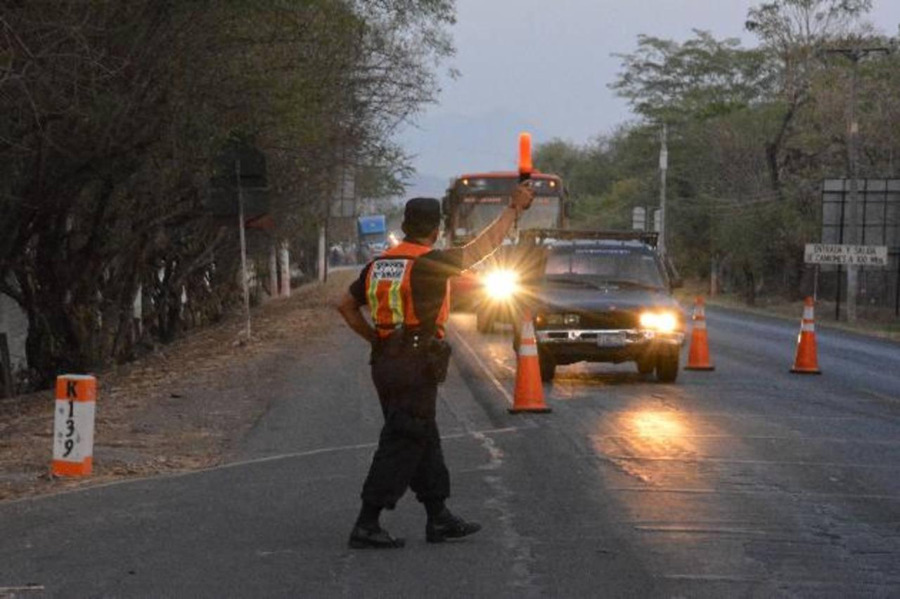 Controles se ubican de forma permanente en carreteras como la Litoral. foto edh/carlos segovia