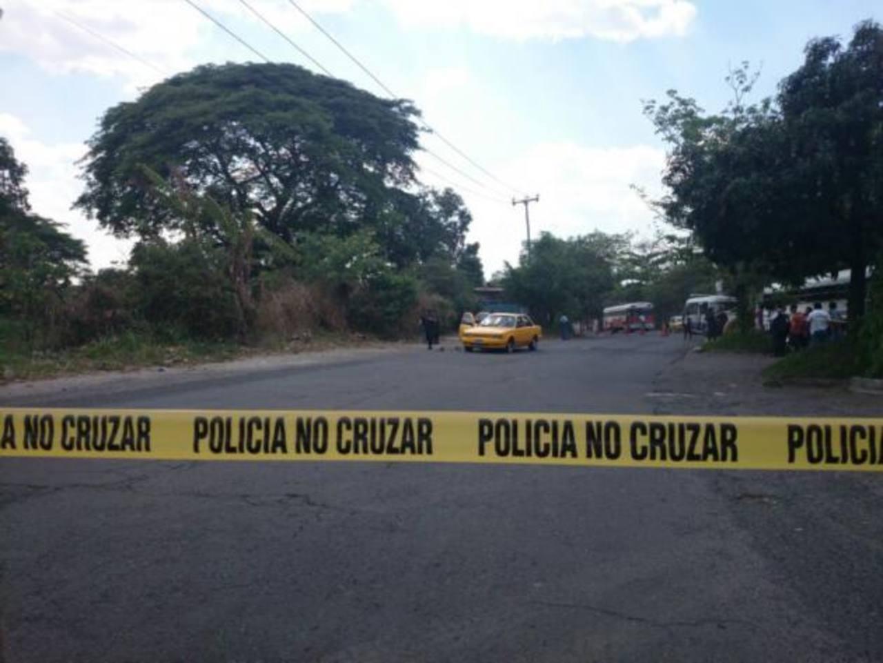 Este es el taxi en el que iban las cuatro víctimas, que fue atacado a balazos a la altura de Villa Hermosa, Cuscatancingo.