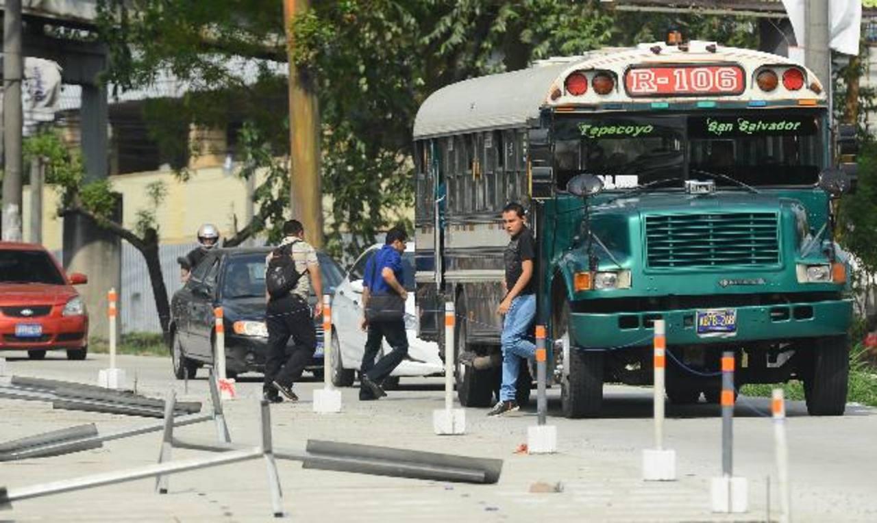 Los buseros se ven obligados a bajar y subir pasajeros en medio de la calle, complicando más el tráfico.